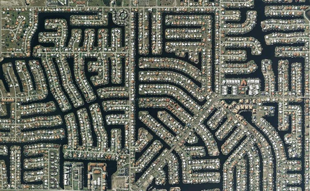 19. Каналы и дома в парке Шарлотты, к югу от Порт Шарлотт, Флорида. (© Google/Europa Technologies)