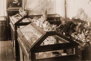 Вид части экспозиции - минералогические коллекции.