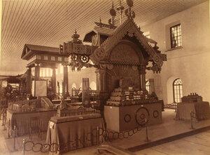 Витрина с изделиями Богословских заводов И.М. Половцовой в горнозаводском отделе выставки.