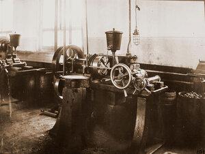 Вид токарного станка в одном из цехов мастерской.