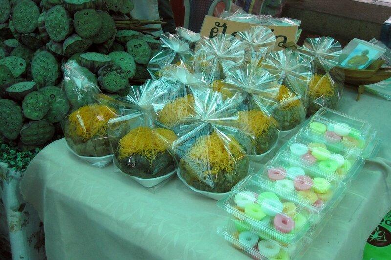 Тайские сладости и плоды лотоса на рынке Талинг Чан