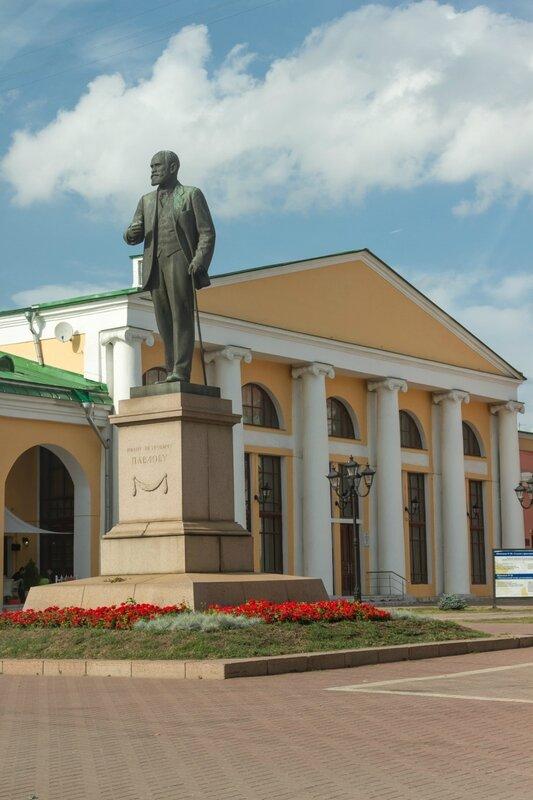 Памятник Павлову и Государственный концертный зал им. С. Есенина