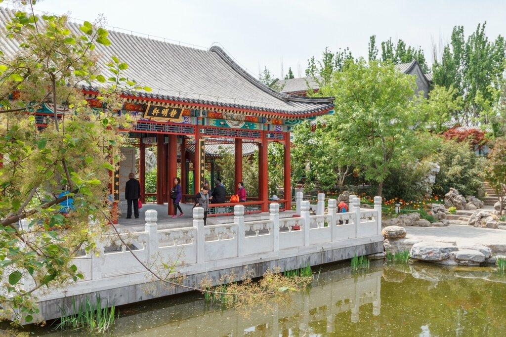 Беседка около пруда, сад Пекина, Парк-выставка садов,