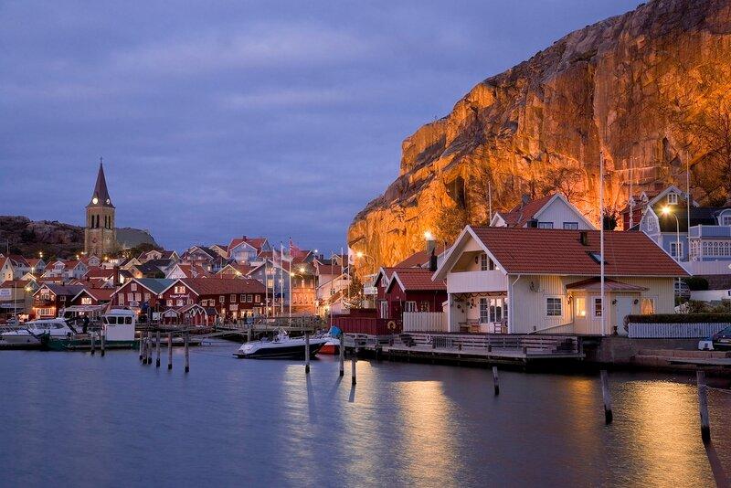 Schweden, Westkueste, Fjaellbacka in der blauen Stunde, hinten der 76m hohe Vetterberg