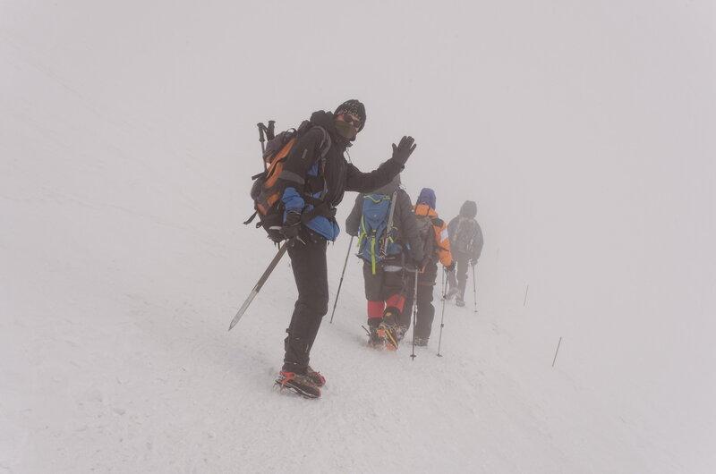 Спуск то и дело проходит в тумане. Главное найти вешки когда он рассеивается.