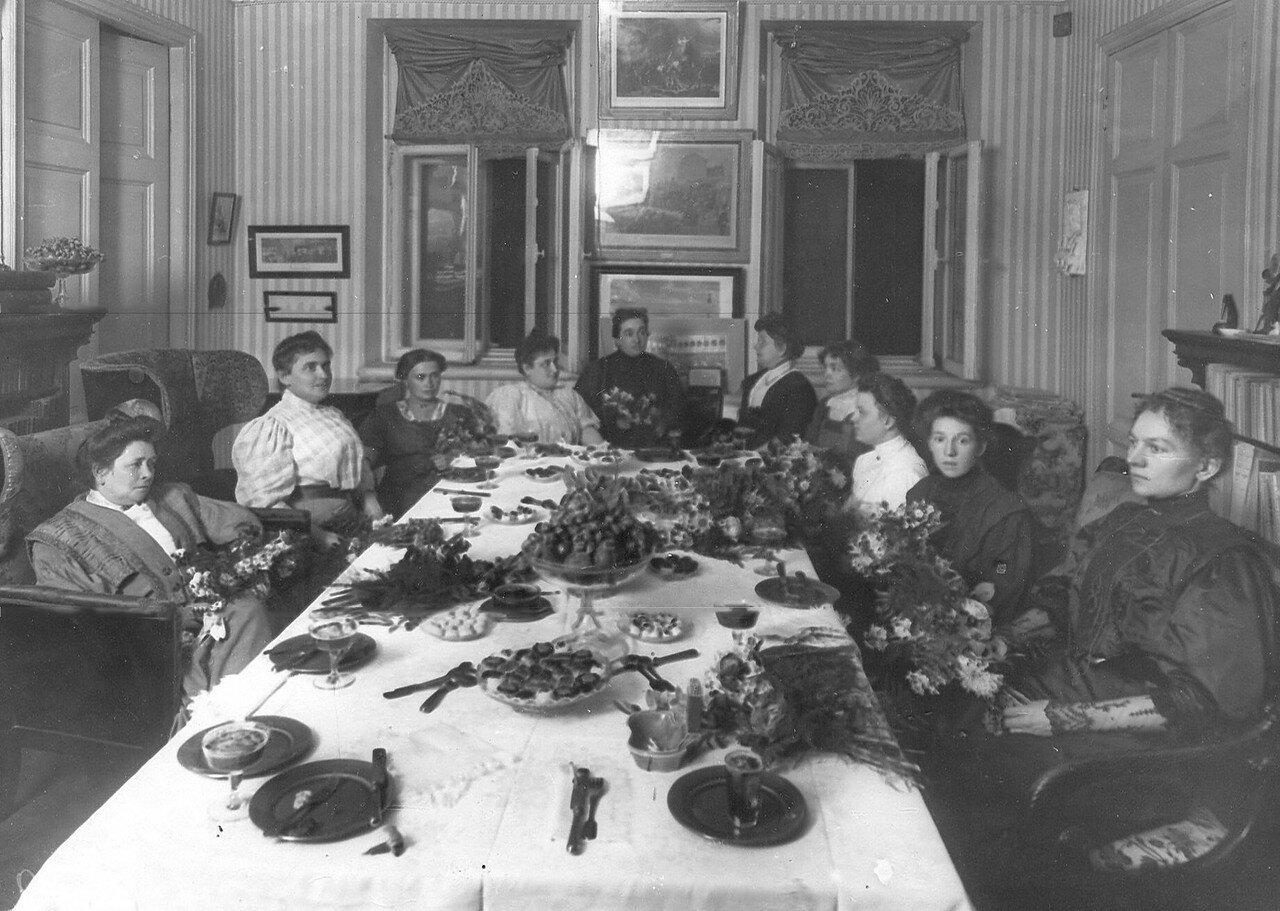 Жены депутатов Первой Государственной думы за чаем
