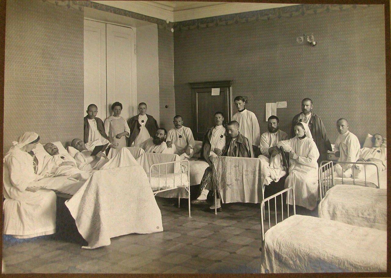 06. Медицинский персонал в палате раненых, награжденных медалями