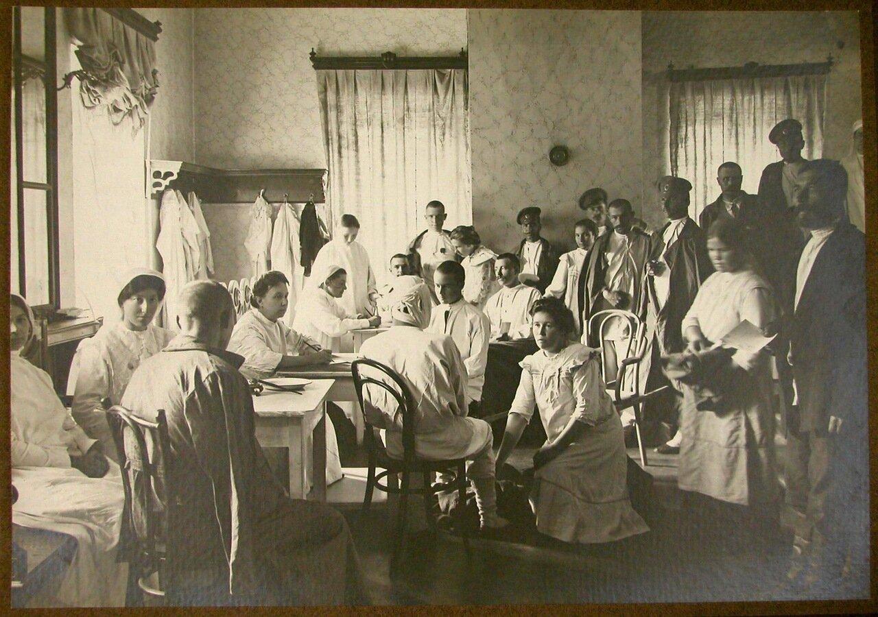 08. Медицинский персонал принимает новых раненых в приемной лазарета