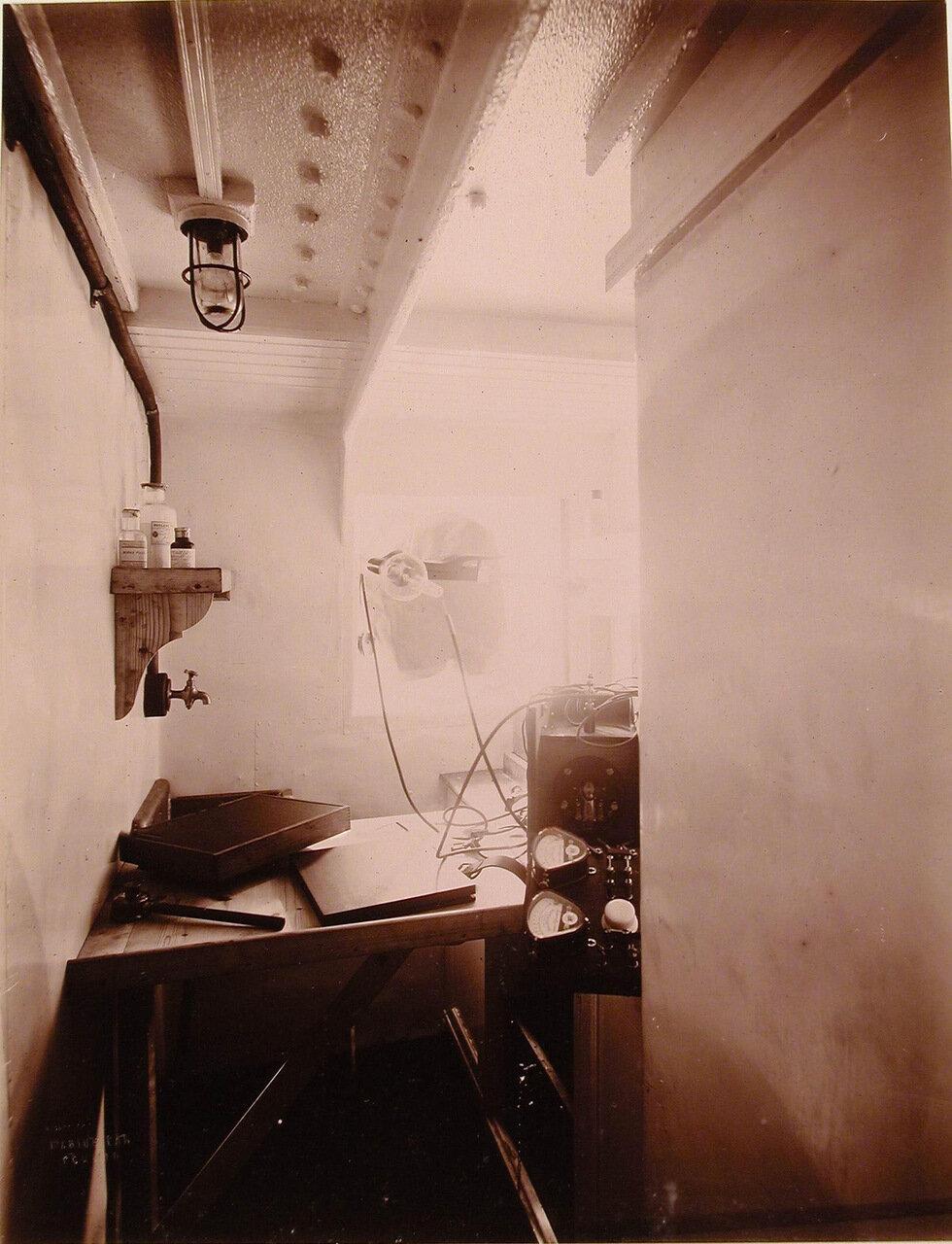 23. Вид части рентгеновского кабинета оборудованного в одном из помещений плавучего госпиталя Орёл