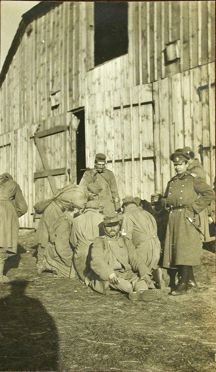 39. Группа пленных австрийцев во время обеда