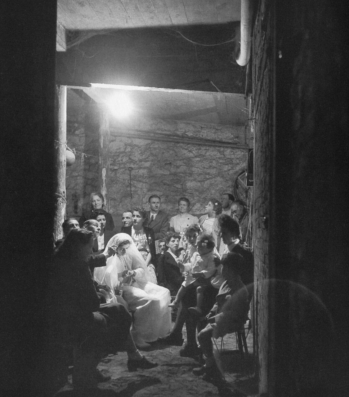 1943. Моник Фуко. Первое причастие в подвале дома 46 по улице Жюля Ферри, Монтруж