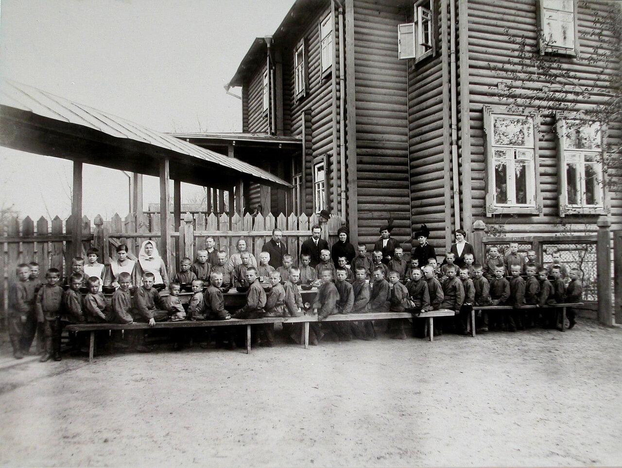 06. Дети во время обеда у здания колонии