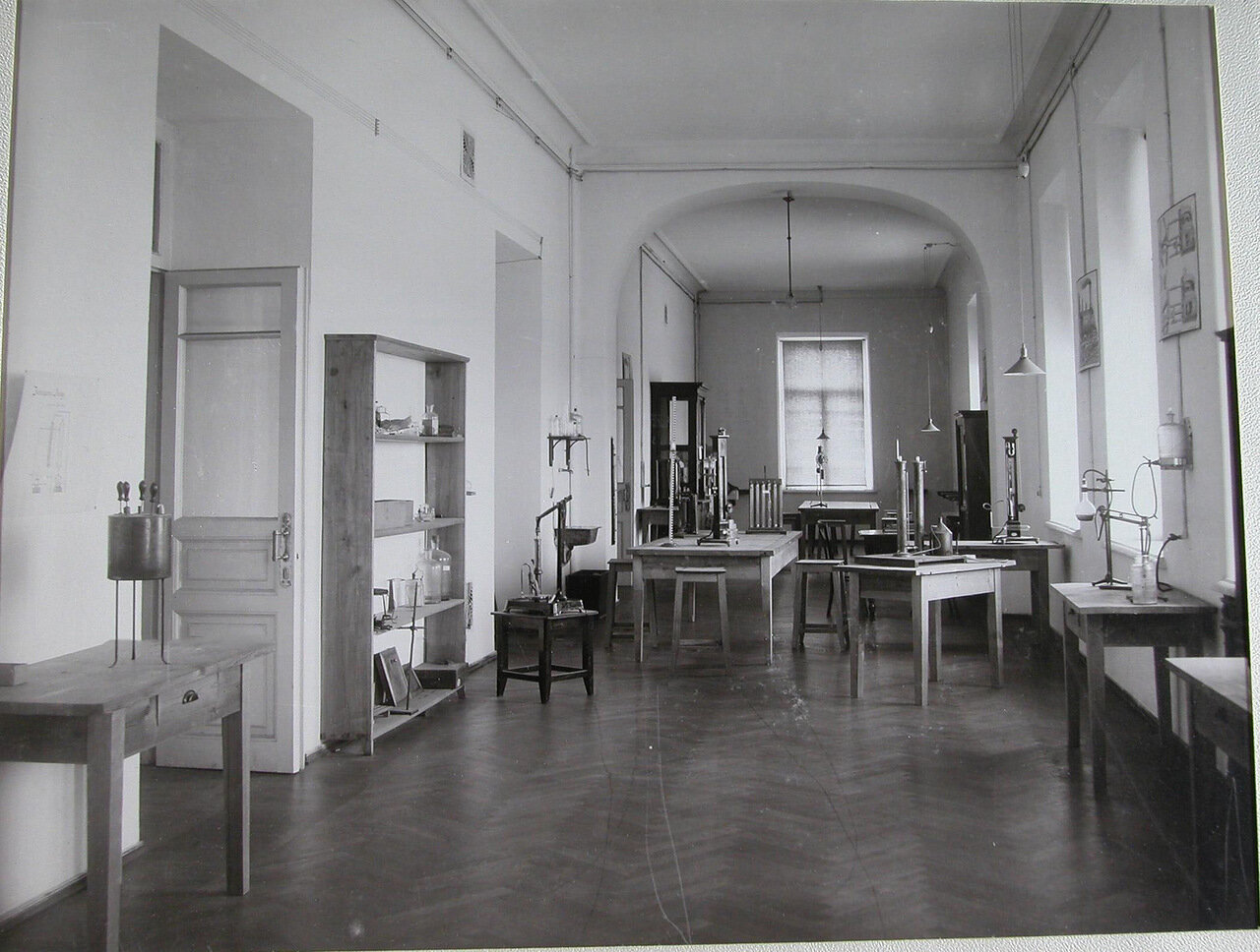 15. Вид части одной из лабораторий c измерительными приборами