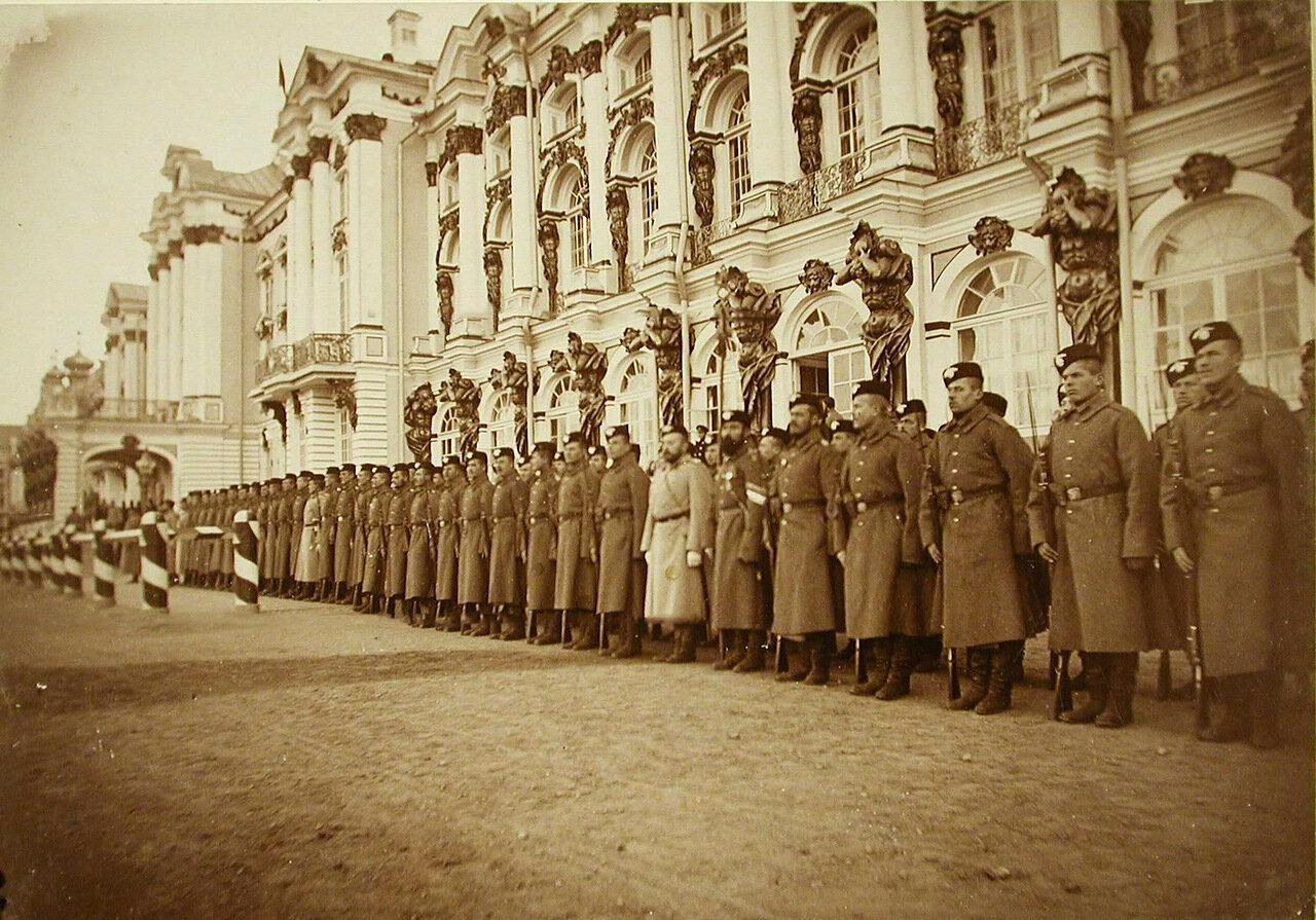 16. Строй солдат одного из гвардейских полков у Екатерининского дворца