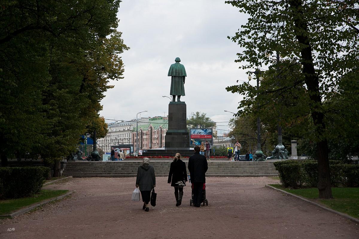 Гоголевский бульвар. Памятник Н. В. Гоголю