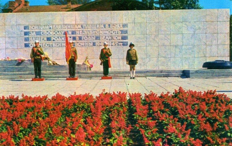 Челябинск. Памятник воинам-челябинцамв сквере Добровольцев. Фото Б. Погорелого, 1974 г.