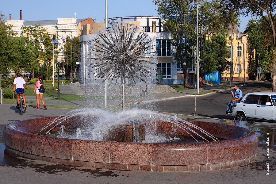 Фонтан на набережной Астрахани