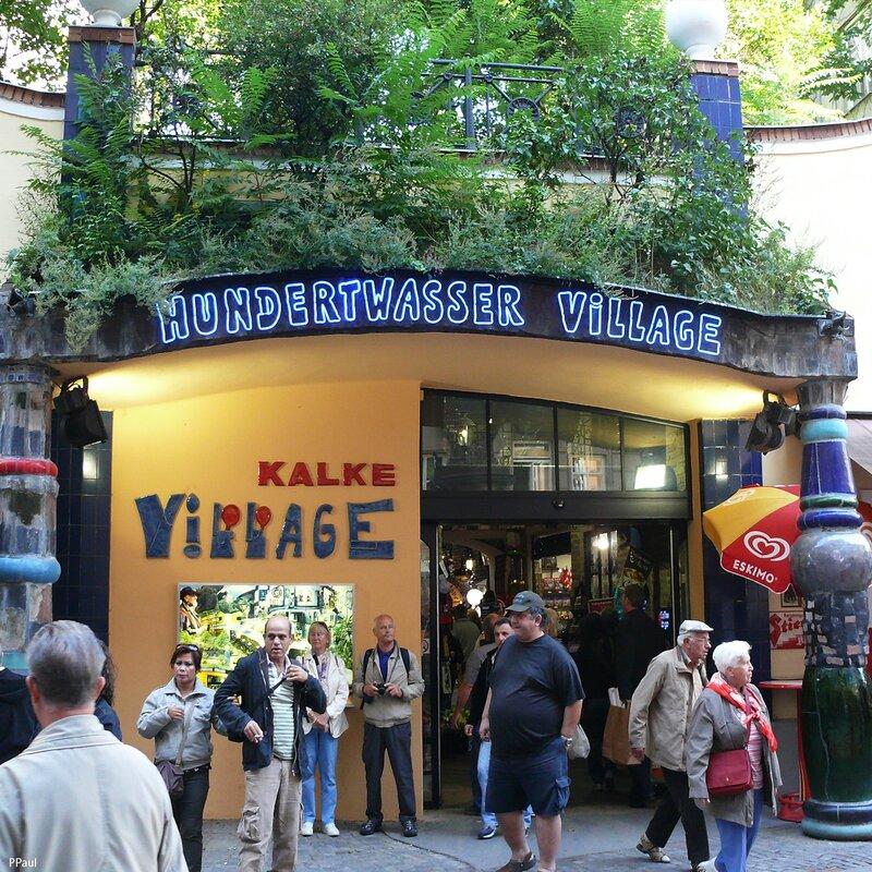 Хундертвассер Village. Вход в Павильон поддерживают хундертвассеровские колонны...