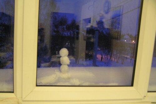 За окном снеговичок