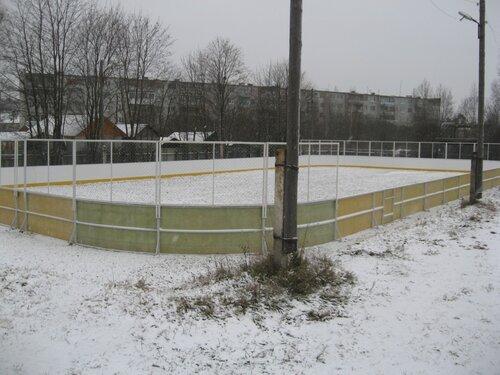 В Максатихе установлена современная хоккейная площадка
