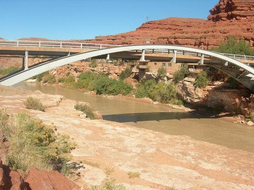 И в пустыне бывают мосты...