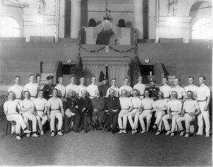 Группа участников спортивных выступлений - русских и шведских офицеров гимнастов.