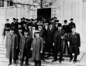 Группа участников открытия выставки.