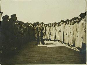 Отправляющиеся в поход казаки пляшут на станции перед посадкой в вагоны