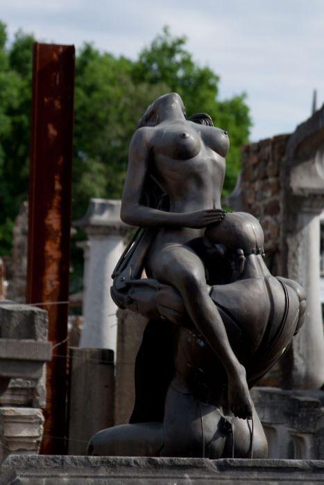 Памятник кунилингусу