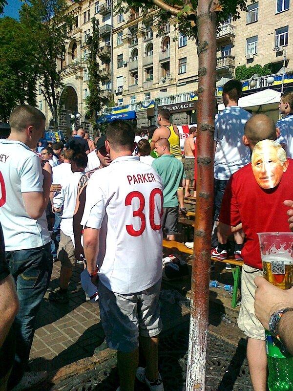 Английские болельщики в футболках своей сборной