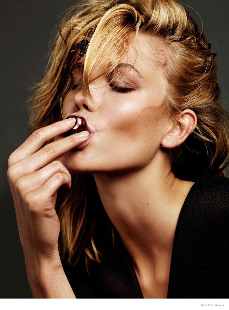 Карли Клосс в фотосессии Vogue Netherlands, вишня