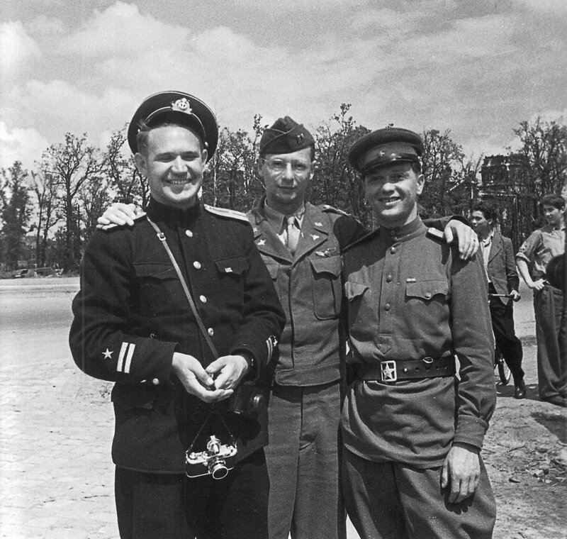 Советские военные фотокорреспонденты Е.А. Халдей и А.А. Архипов с капитаном армии США в Берлине.