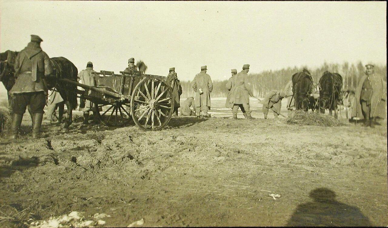 42. Группа пленных австрийских солдат во время работы на аэродроме