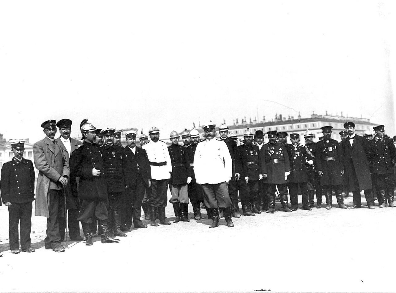 02. Группа членов Совета пожарного общества в костюмах пожарных перед началом парада на Марсовом поле