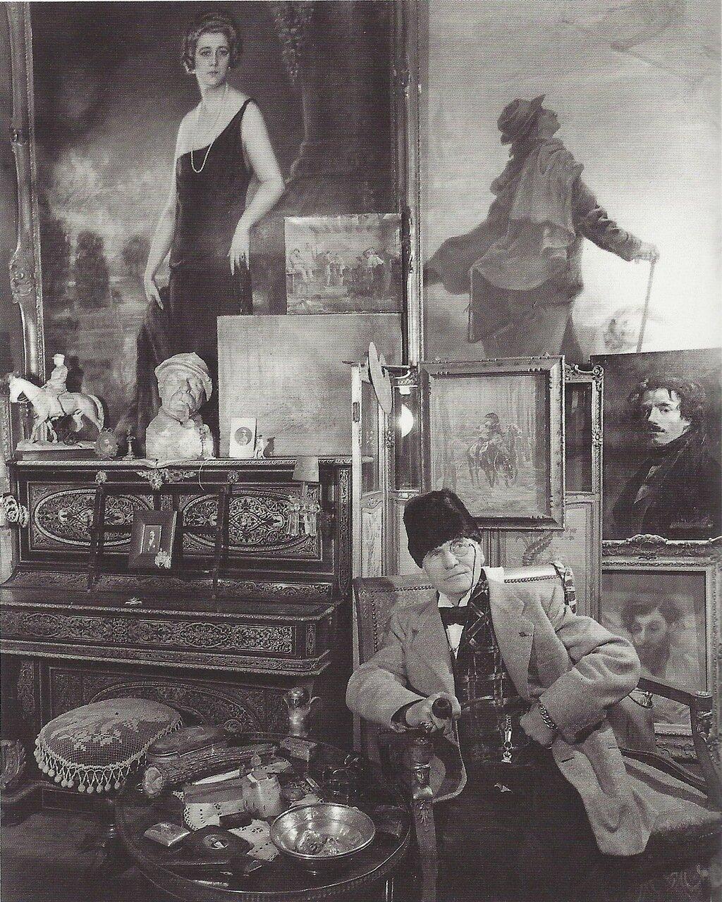1950. М.Ноллан среди своих работ