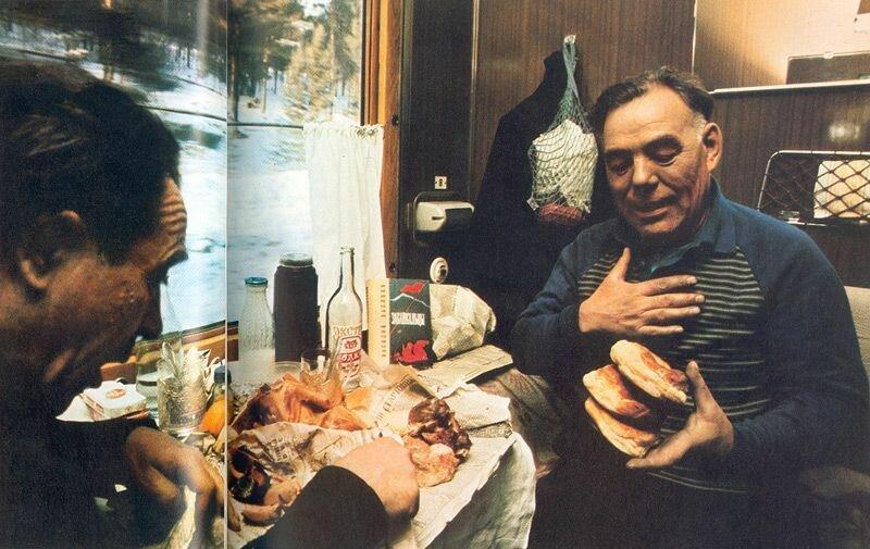 Ветеран Абрам Мордухович и действующий полковник Дмитрий Бояркин обедают в купе состава, несущегося по Транссибу