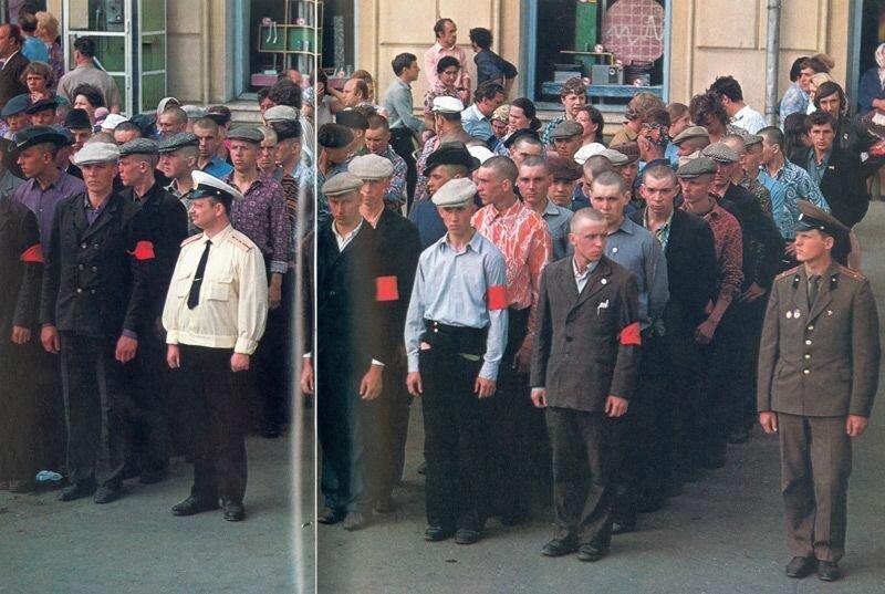 Офицеры армии и флота замерли во главе колонн: город провожает призывников с оркестром и торжественными речами