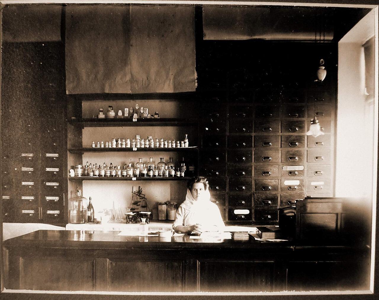 10. Сестра милосердия в аптеке Харбинской общины сестёр милосердия Красного Креста