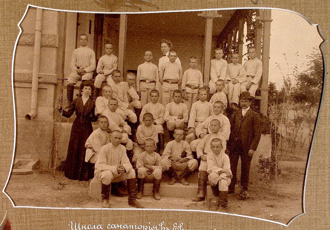 15. Группа воспитанников с учителями на крыльце здания школы-санатория