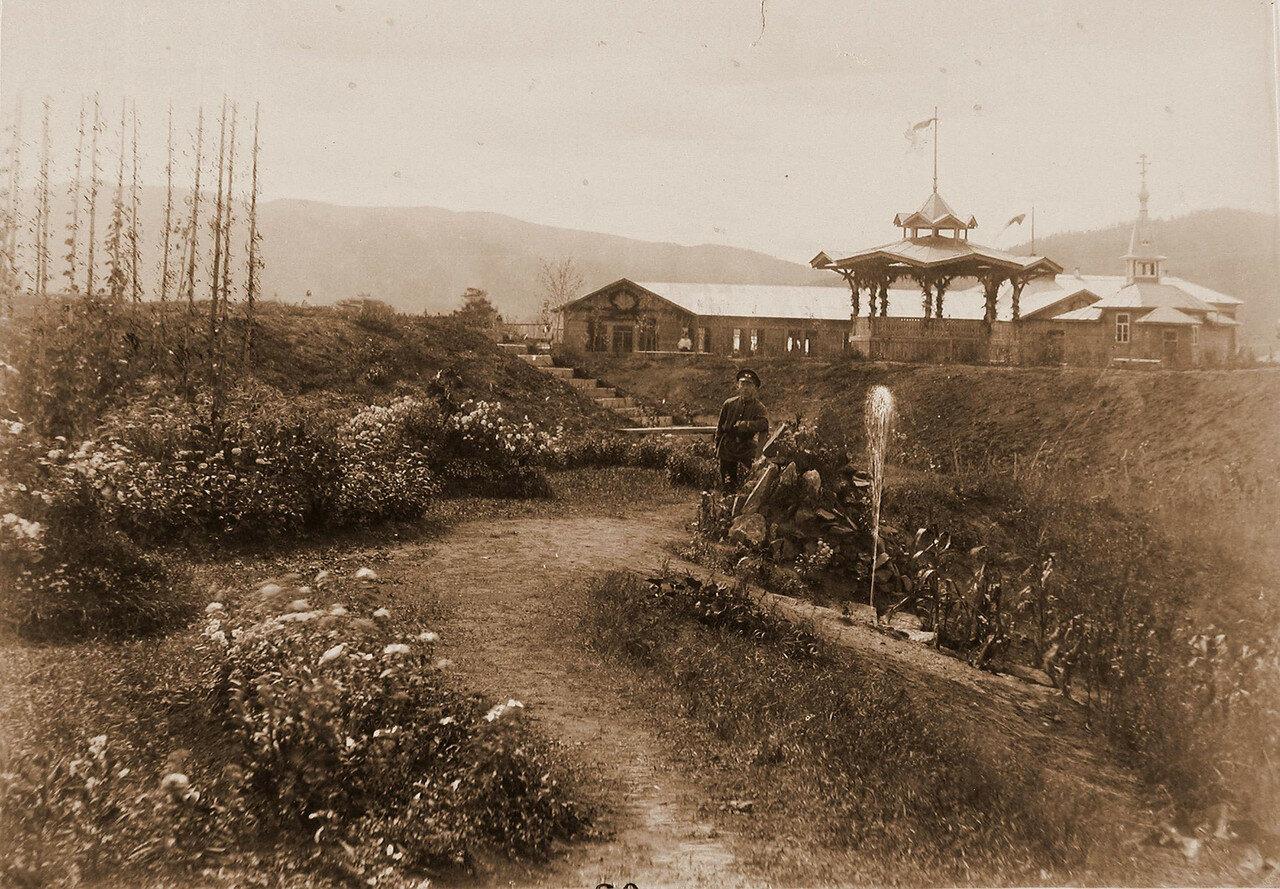 18. Вид цветников и хмельника у фонтана