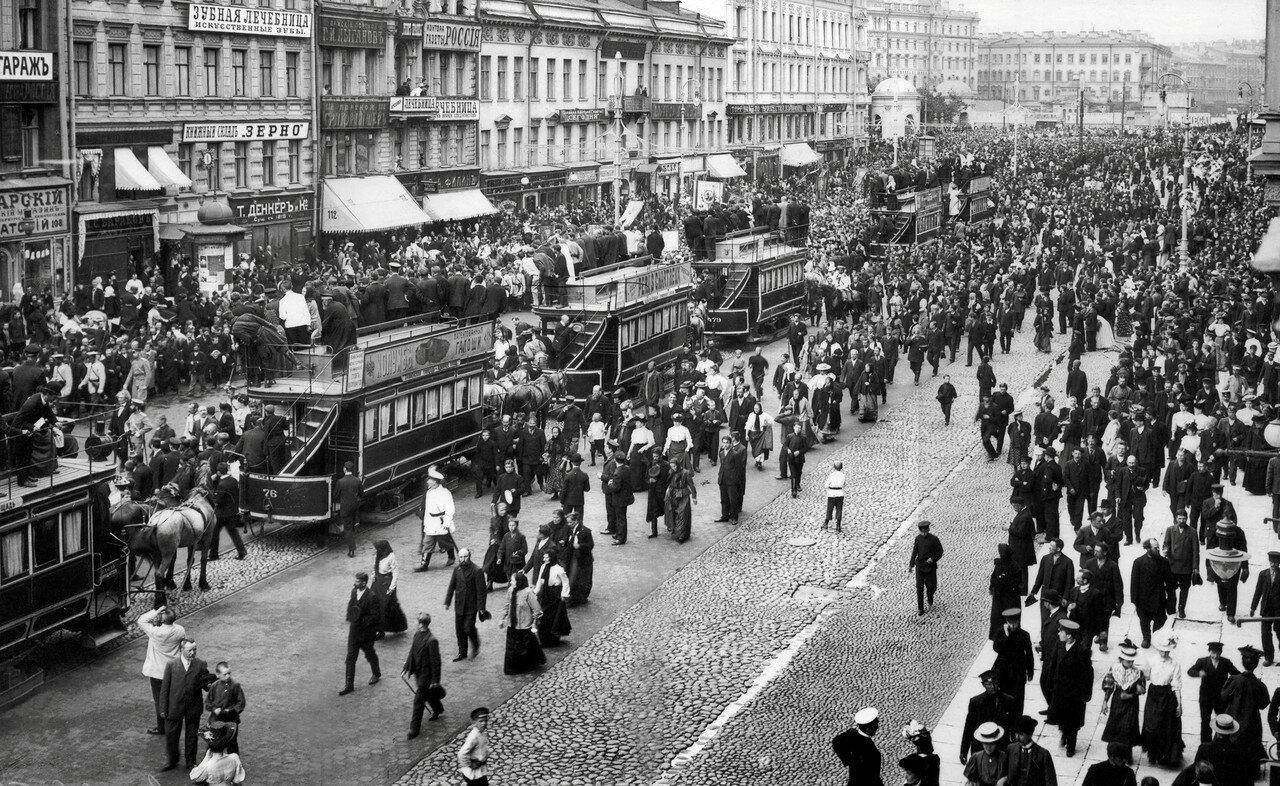 Конки на Невском проспекте в районе Знаменской площади, остановленные во время прохождения Крестного хода с привезенной из Иерусалима иконой Вознесения Христова.1 июля 1907