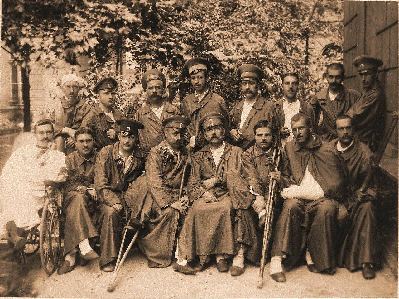 09. Группа раненых офицеров во дворе лазарета