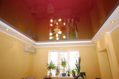 Второй уровень натяжного потолка выполнен по периметру комнаты