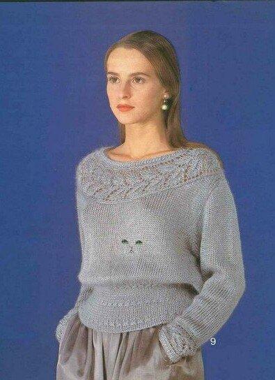 Серый пуловер с кокеткой из листочков спицами