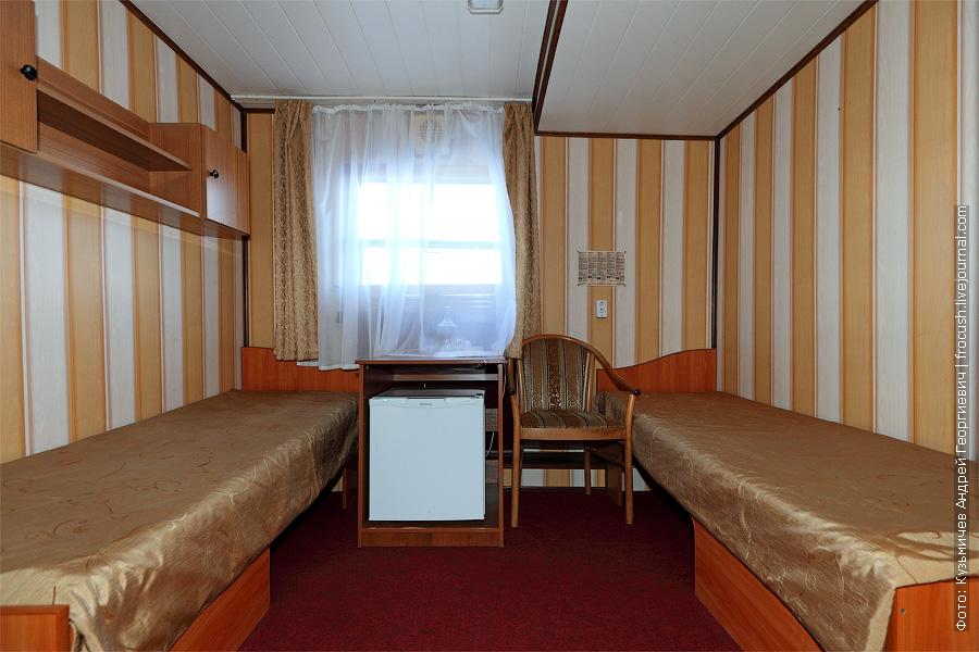 Двухместная одноярусная каюта увеличенной площади №43 на главной палубе с удобствами (умывальник, душ, туалет). Теплоход «Башкортостан»
