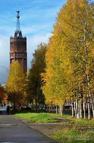 Фотография Инты №7244  Восточная сторона башни (пешеходная дорожка вдоль дома Полярная 25) 16.09.2014_12:14