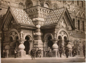Военные чины выходят из храма  Воскресения Христова (Спаса-на-Крови) (наб. Екатерининского канала., 2) после церемонии освящения.