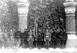 Гвардейские части, прибывшие на освящение храма, в почетном карауле у решетки Михайловского сада.