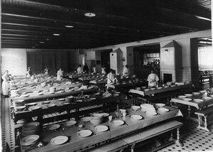Группа дежурных по столовой накрывают на стол перед обедом.