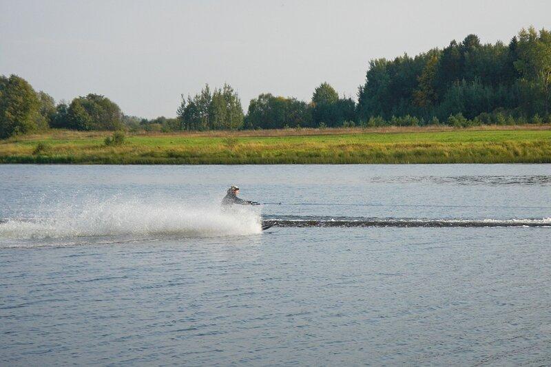 водный лыжник на озере Холуново
